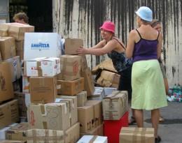 Jongeren helpen op voedselpakketten te maken